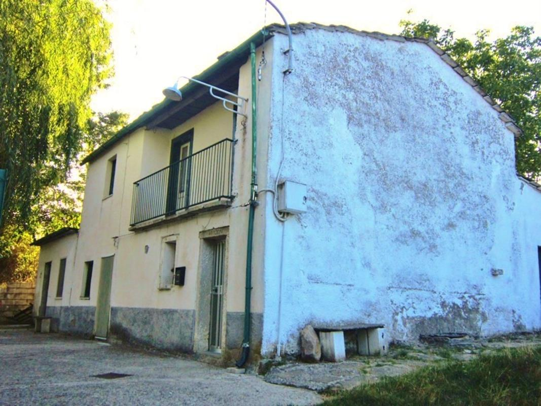 €19k Lovely Farm House for Sale in Italy. Live the dream of your very own farm house in Italy for this amazing, low price. Lovely interiors, clean up the garden! Like & follow us on Facebook for regular updates, treasures & finds for under €50k in France & Italy! https://www.facebook.com/PropertyUpTo50kItalyFranceEU